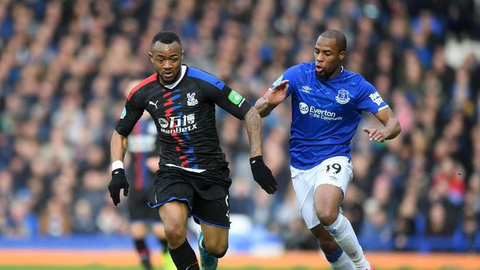 LIVERPOOL, ENGLAND - FEBRUARY 08: Jordan Ayew of Crystal Palace battles for possession with Djibril Sidibe of Everton during the Premier League match between Everton FC and Crystal Palace at Goodison Park on February 08, 2020 in Liverpool, United Kingdom. (Photo by Michael Regan/Getty Images)