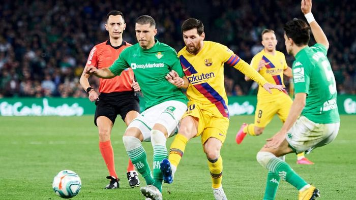 SEVILLE, SPAIN - FEBRUARY 09: Lionel Messi of FC Barcelona duels for the ball with Guido Rodriguez of Real Betis Balompie during the Liga match between Real Betis Balompie and FC Barcelona at Estadio Benito Villamarin on February 09, 2020 in Seville, Spain. (Photo by Aitor Alcalde/Getty Images)