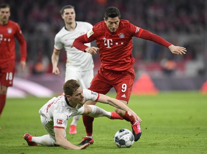 Bayern Munichs Polish forward Robert Lewandowski (R) and Leipzigs German defender Marcel Halstenberg vie for the ball during the German first division Bundesliga football match FC Bayern Munich v RB Leipzig in Munich, southern Germany, on February 9, 2020. (Photo by THOMAS KIENZLE / AFP) / RESTRICTIONS: DFL REGULATIONS PROHIBIT ANY USE OF PHOTOGRAPHS AS IMAGE SEQUENCES AND/OR QUASI-VIDEO