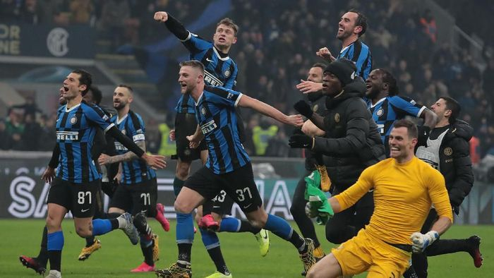 MILAN, ITALY - FEBRUARY 09:  FC Internazionale players celebrate the victory at the end of the Serie A match between FC Internazionale and AC Milan at Stadio Giuseppe Meazza on February 9, 2020 in Milan, Italy.  (Photo by Emilio Andreoli/Getty Images)