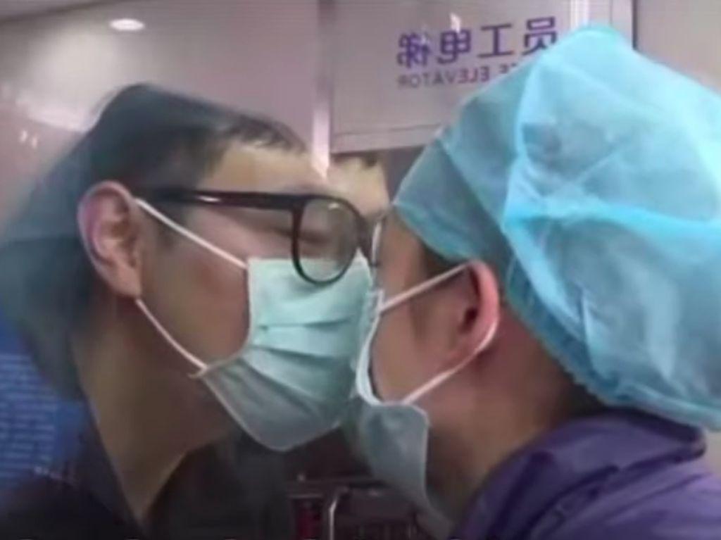 Sedih Banget! Momen Perawat Cium Pacar dari Balik Kaca di Tengah Wabah