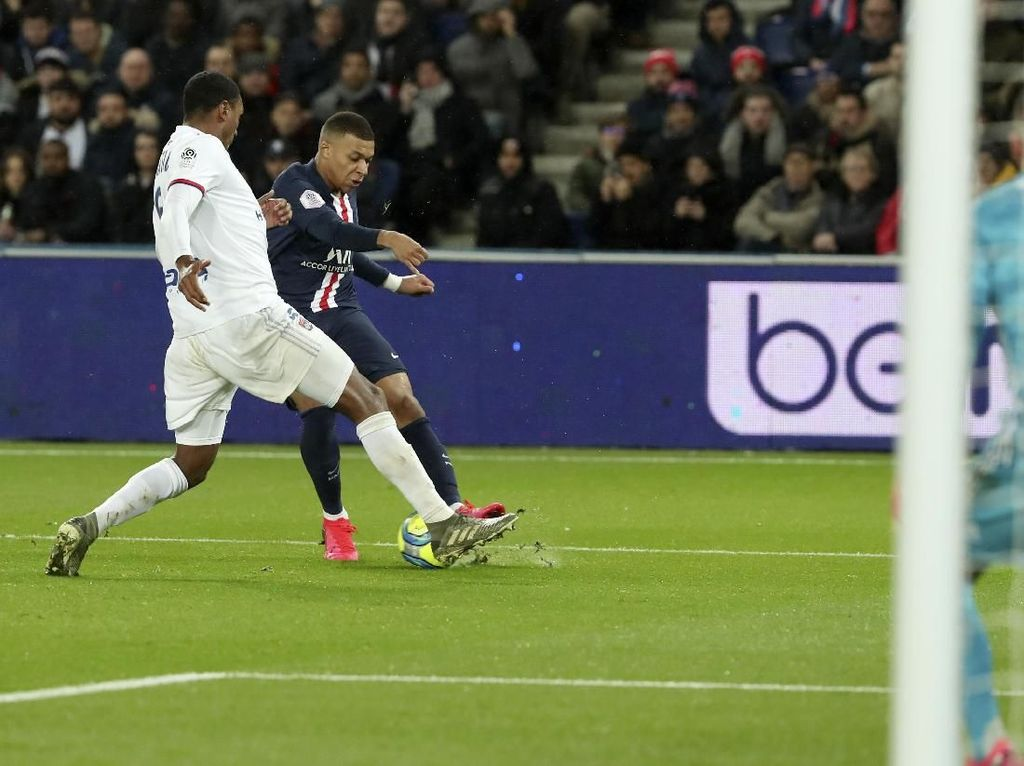 Boom! Gol Bunuh Diri Keren Tercipta di Laga PSG Vs Lyon