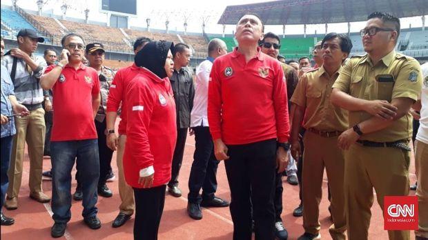 Ketua Umum PSSI Mochamad 'Iwan Bule' Iriawan dan Wali Kota Surabaya Tri Rismaharin melakukan inspeksi Stadion Utama Gelora Bung Tomo (GBT), Surabaya, Senin (10/2), yang akan menjadi venue Piala Dunia U-20 2021.
