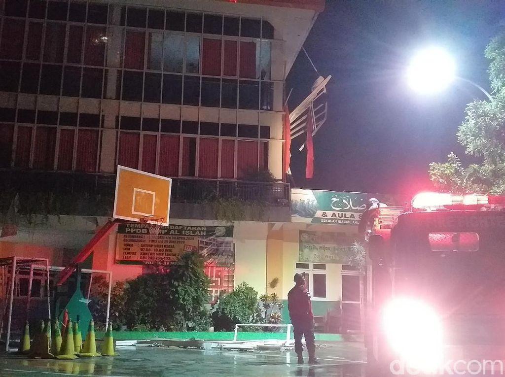 Hujan Lebat Disertai Angin Kencang Terbangkan Jendela SMP di Surabaya