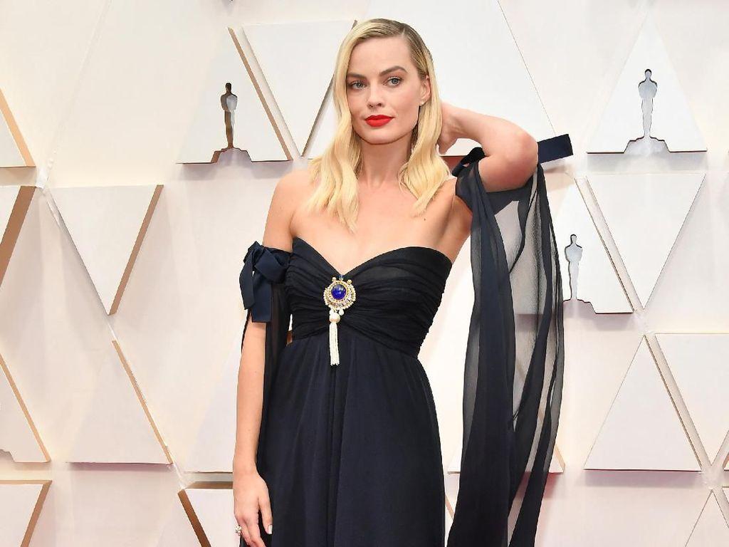 Duh, Margot Robbie Peluk Leonardo DiCaprio di Depan Suami