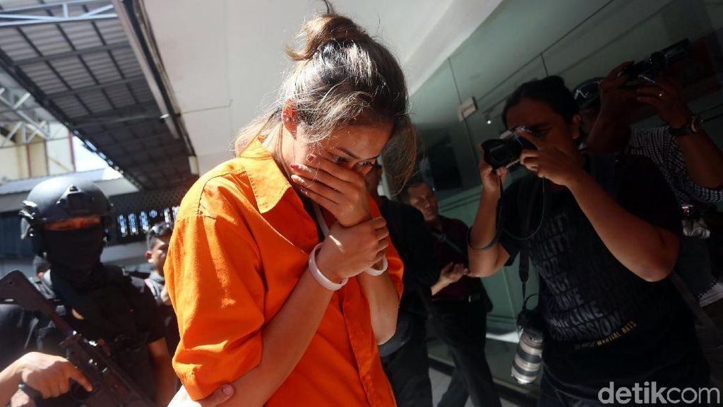 Nanie Darham Tertunduk Malu Usai Terciduk Narkoba