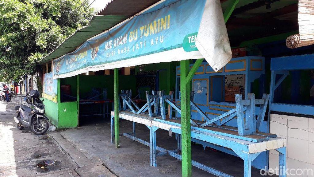 Suasana di Warung Mi Ayam Bu Tumini yang Masih Tutup dan Sepi