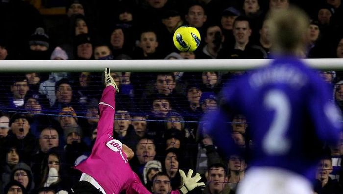 LIVERPOOL, ENGLAND - JANUARY 04:  Adam Bogdan of Bolton Wanderers is unable to stop Tim Howard of Everton scoring the opening goal during the Barclays Premier League match between Everton and Bolton Wanderers at Goodison Park on January 4, 2012 in Liverpool, England.  (Photo by Alex Livesey/Getty Images)