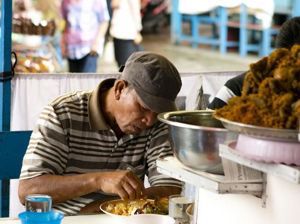 Alasan Ilmiah Makan Pakai Tangan Lebih Nikmat Dibanding Pakai Sendok