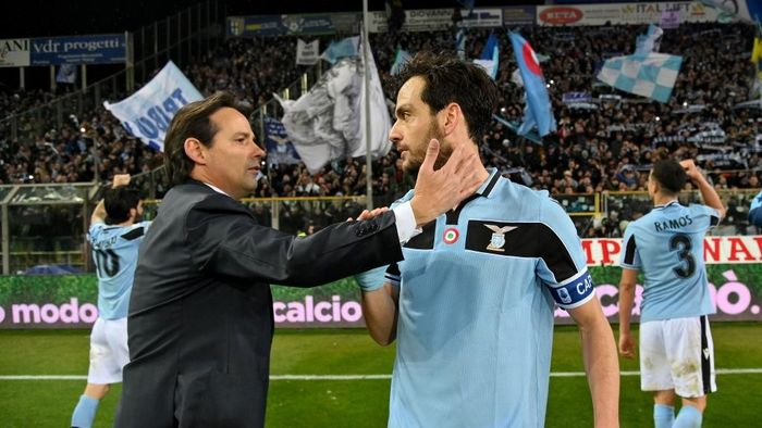 PARMA, ITALY - FEBRUARY 09:  Head coach Simone Inzaghi and Marco Parolo of SS Lazio celebrate victory after the Serie A match between Parma Calcio and  SS Lazio at Stadio Ennio Tardini on February 09, 2020 in Parma, Italy. (Photo by Marco Rosi/Getty Images)