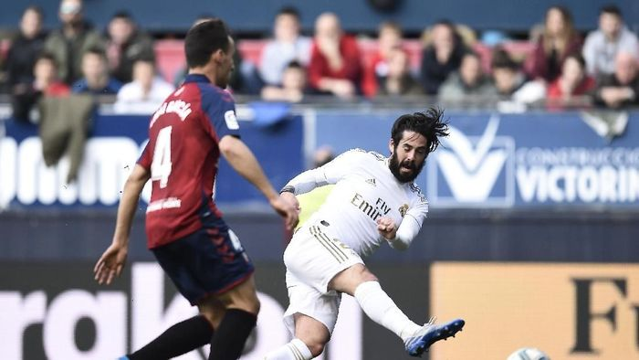 PAMPLONA, SPAIN - FEBRUARY 09: Isco of Real Madrid scores his teams first goal during the La Liga match between CA Osasuna and Real Madrid CF at El Sadar Stadium on February 09, 2020 in Pamplona, Spain. (Photo by Juan Manuel Serrano Arce/Getty Images)