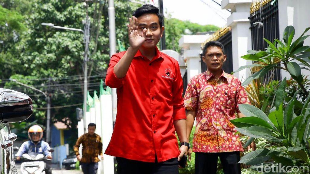 Gaya Gibran Rakabuming Saat Tiba di DPP PDIP Jakarta