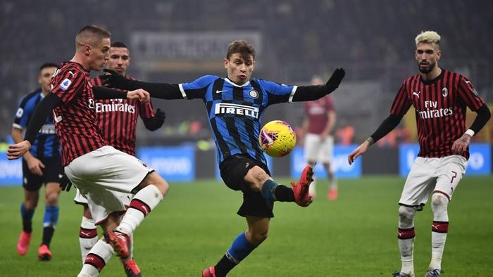 Inter Milans midfielder Nicolo Barella from Italy (C) fights for the ball with AC Milans defender Davide Calabria from Italy (L) during the Italian Serie A football match Inter Milan vs AC Milan on February 9, 2020 at the San Siro stadium in Milan. (Photo by MARCO BERTORELLO / AFP)