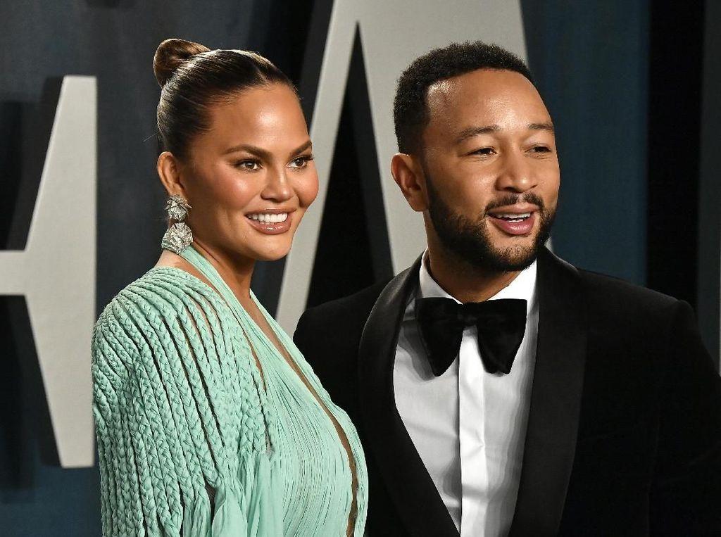 Selamat! Istri John Legend Hamil Anak Ketiga