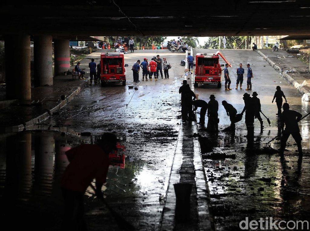 Banjir Underpass Kemayoran Surut, Kendaraan Masih Belum Dapat Melintas