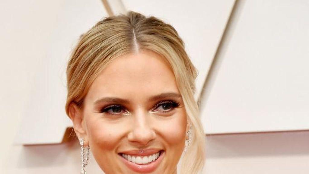 Gaya Seksi Scarlett Johansson Pakai Anting Rp 34 M di Oscar 2020
