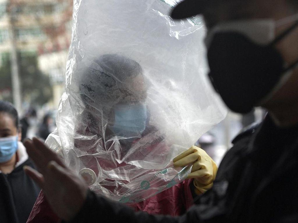 Tak Cuma Masker, Pria China Ini Menutup Kepalanya dengan Plastik