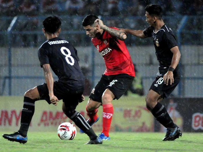 Pesepak bola Madura United (MU) FC Brian Ferreira (tengah) dihadang pesepak bola Bhayangkara FC Hargianto (kiri) dan TM Ichsan (kanan) dalam laga Piala Gubernur di Stadion Gelora Bangkalan (SGB) Bangkalan, Jawa Timur, Senin (10/2/2020). ANTARAFOTO/Saiful Bahri/foc.