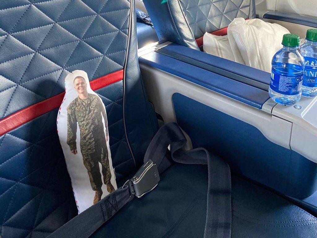 Sempat Ketinggalan di Pesawat, Gadis Kecil Ketemu Lagi Boneka Ayahnya