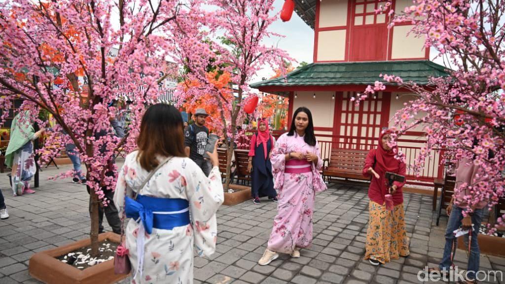 Asyik! Bisa Berpose ala Gadis Jepang Berkimono di Jember