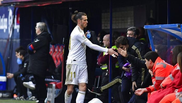 Real Madrids Gareth Bale walks out of the pitch after being substituted during the Spanish La Liga soccer match between Osasuna and Real Madrid at El Sadar stadium in Pamplona, northern Spain, Sunday, Feb. 9, 2020. (AP Photo/Alvaro Barrientos)