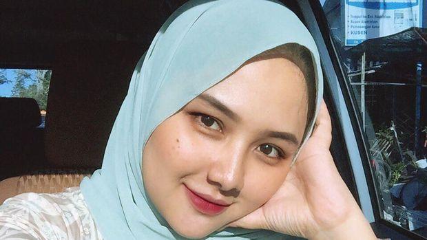 Una Maulina, calon istri Sahrul Gunawan yang 19 tahun lebih muda