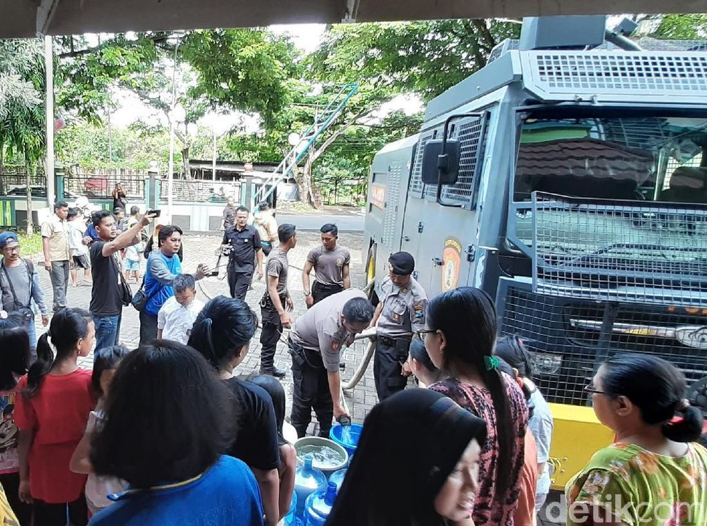 Water Cannon Dikerahkan Bantu Dropping Air Bersih di Probolinggo