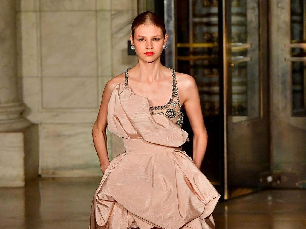15 Koleksi Gaun Malam Oscar De La Renta di New York Fashion Week 2020