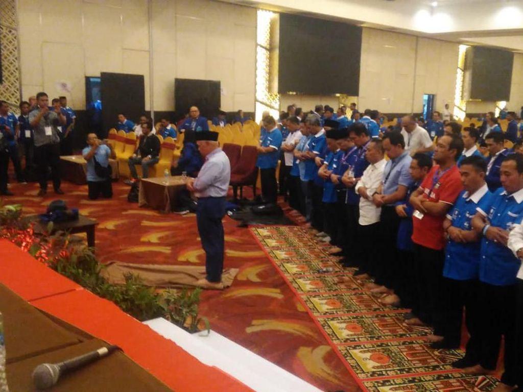 Ricuh Mereda, Hatta Rajasa Pimpin Salat di Arena Kongres PAN