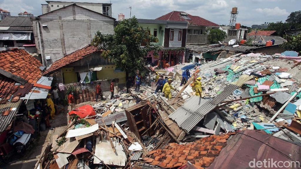 Potret Puing-puing Bangunan Kos yang Ambruk di Mampang