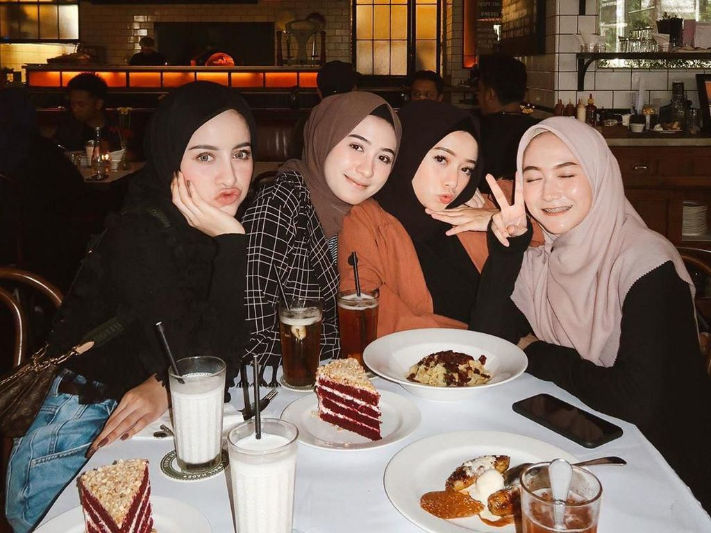 Sebelum Dipinang, Selebgram Aghnia Punjabi Doyan Nongkrong di Kafe Bareng Teman