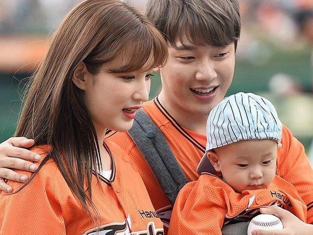 Minhwan FT ISLAND dan Yulhee LABOUM Sambut Kelahiran Anak Kembar
