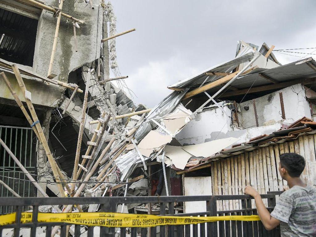 Cerita Warga soal Detik-detik Bangunan Ruko 3 Lantai di Matraman Roboh