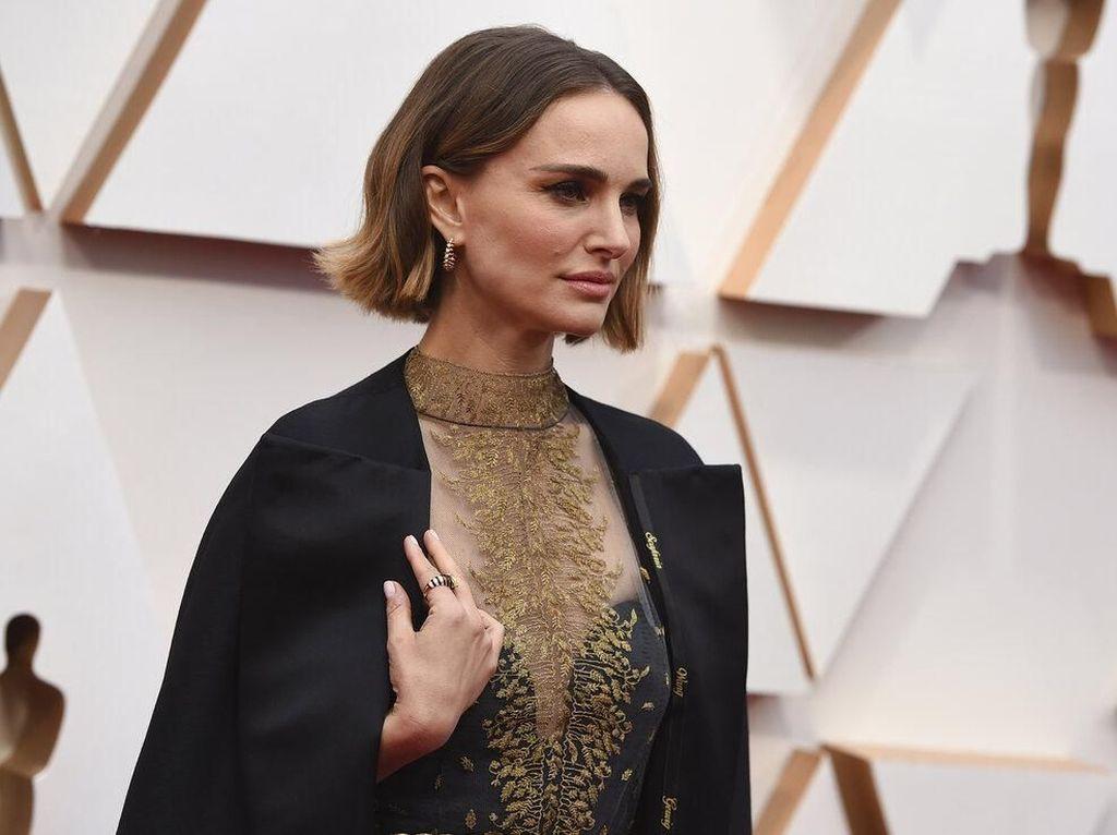 Pesan Menohok di Balik Gaya Glamor Natalie Portman di Oscar 2020