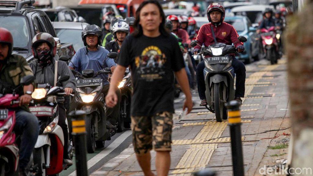 Terlalu! Trotoar Fatmawati juga Dibajak Pemotor Nakal