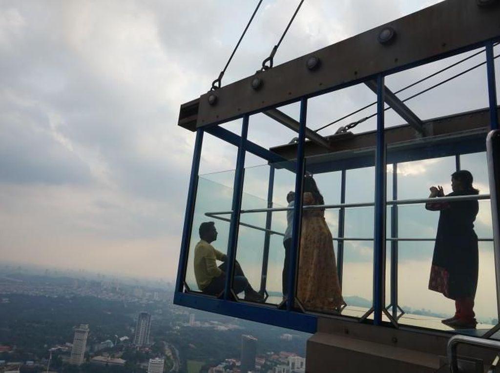 Deg-degan Parah! Berdiri di Kotak Kaca Setinggi 300 Meter