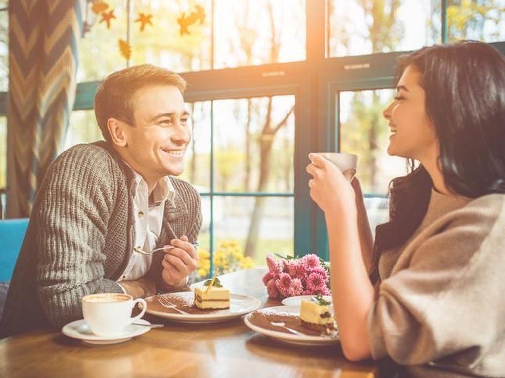 Makan Malam Romantis dengan Pasangan Bikin Hubungan Langgeng