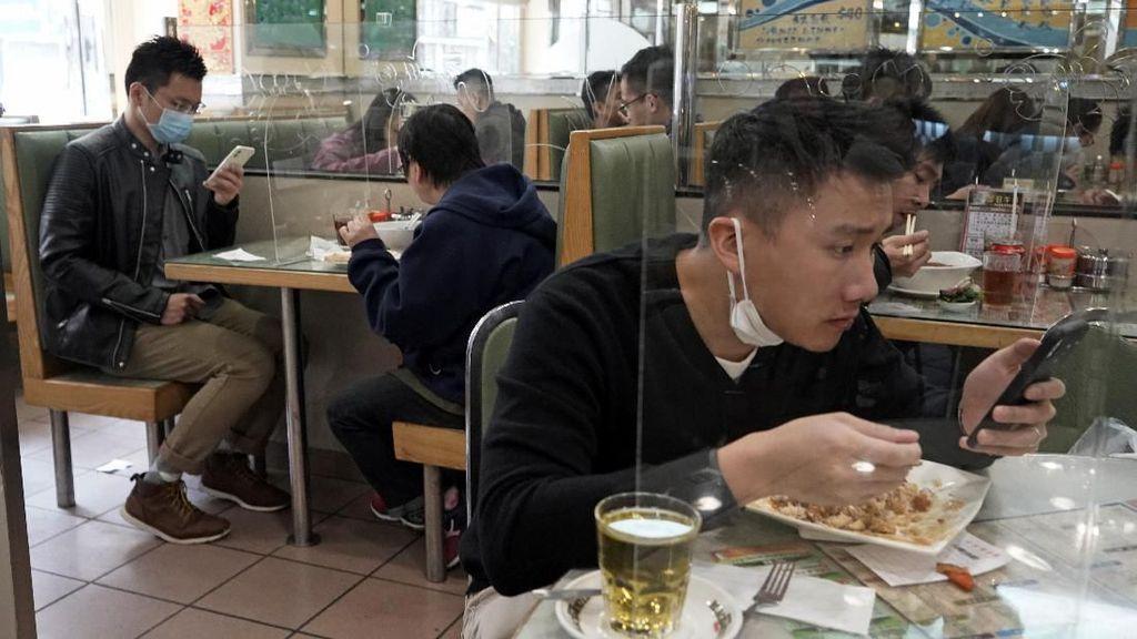 Imbas Corona, Meja Makan di Hong Kong Disekat Panel Plastik