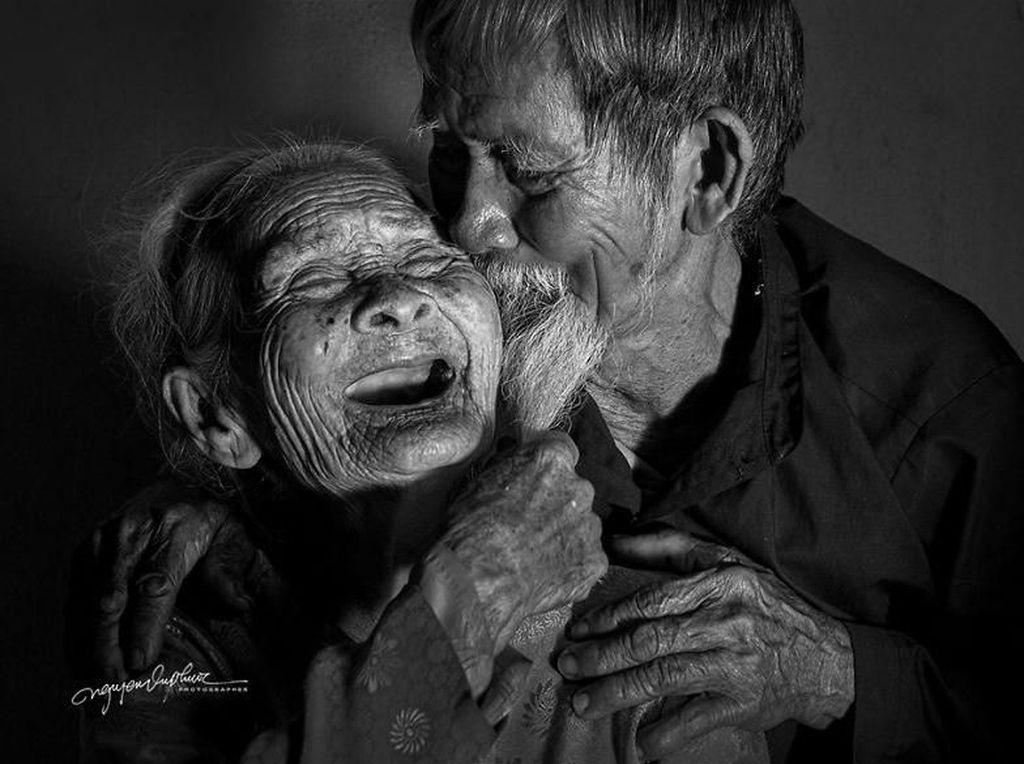 Potret Mesra Pasangan Tua yang Sempat Terpisah Saat Perang, Endingnya Haru
