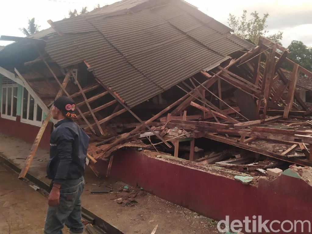 Bangunan Madrasah Ambruk Diterjang Puting Beliung di Cianjur