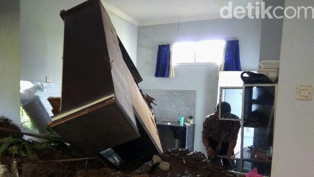 Begini Kondisi Rumah yang Diterjang Longsor di Bandung Barat