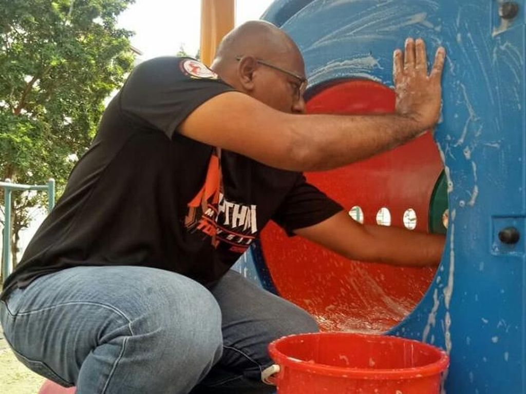 Viral! Pria Cuci Perosotan di Taman Demi Cegah Corona, Malah Ditertawakan