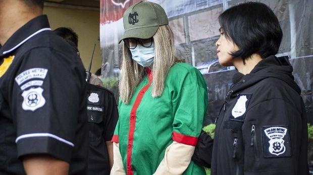 Polisi menghadirkan artis Lucinta Luna pada rilis kasus narkoba di Polres Metro Jakarta Barat, Rabu (12/2/2020). Lucinta Luna ditetapkan sebagai tersangka kasus kepemilikan narkoba dengan barang bukti dua butir pil ekstasi, tujuh butir pil riklona dan lima butir pil tramadol setelah ditangkap di sebuah apartemen di kawasan Tanah Abang, Jakarta Pusat. ANTARA FOTO/Dhemas Reviyanto/wsj.