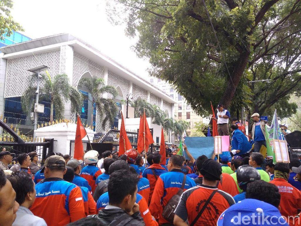 DPRD Sumut Digeruduk Buruh Tolak Omnibus Law Cipta Lapangan Kerja