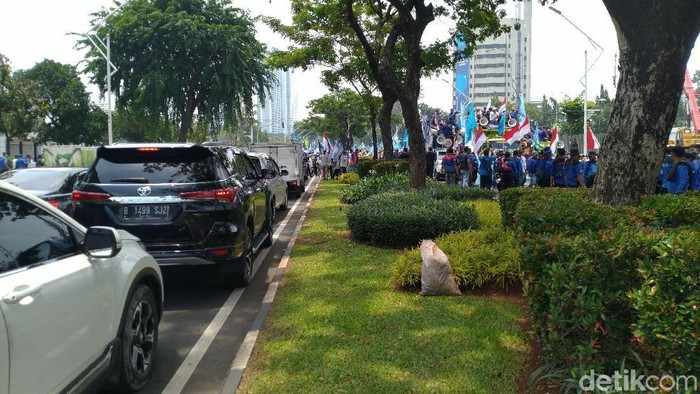 Buruh Demo Tolak Omnibus Law Cilaka Long March ke DPR, Lalin Macet