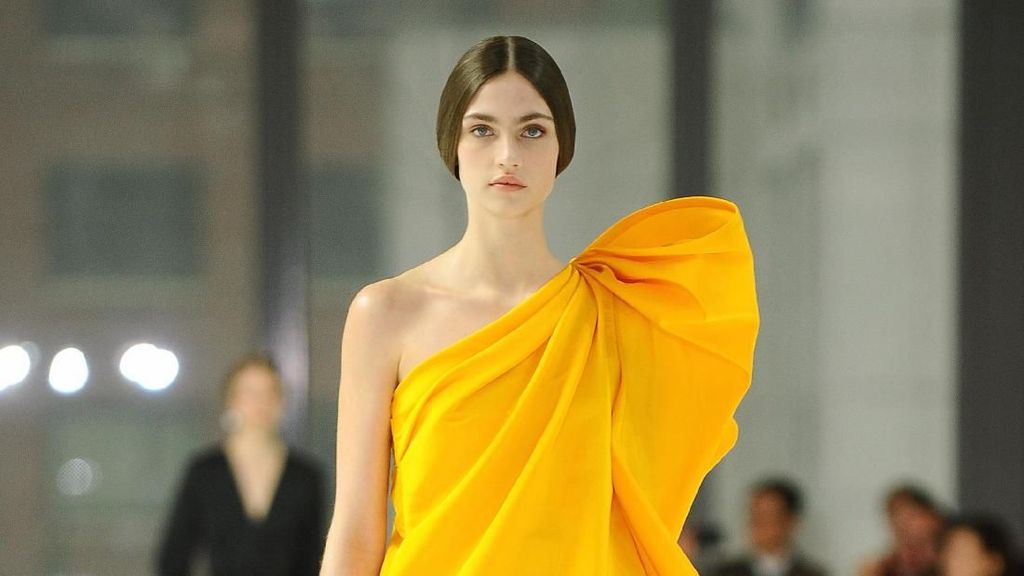 15 Koleksi Gaun Penuh Warna Carolina Herrera di New York Fashion Week 2020