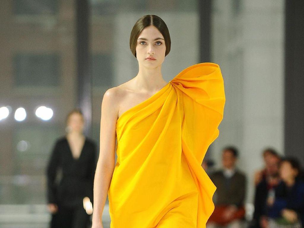 15 Koleksi Gaun Penuh Warna Carolina Herrera di New York Fashion Week 2020