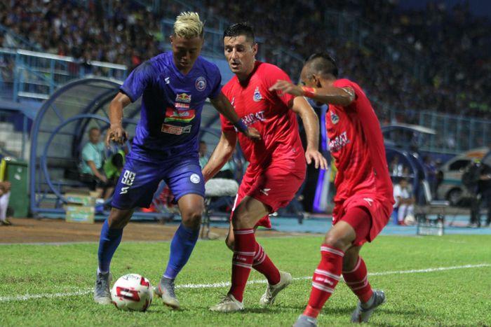 Pesepakbola Arema FC, Yodo (kiri) berusaha melewati hadangan pesepakbola Sabah FA-Malaysia, Mohd Zubir Mohd Azmi (kanan) dan Rodoliob Paunovic (tengah) dalam pertandingan Piala Gubernur Jatim Grup B di Stadion Kanjuruhan, Malang, Jawa Timur, Selasa (11/2/2020). Arema menaklukkan Sabah FA dengan skor akhir 2-0. ANTARA FOTO/Ari Bowo Sucipto/pras.