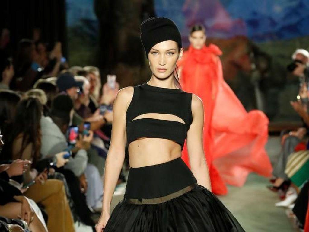 Foto Bella Hadid di New York Fashion Week, Dada Terekspos Hingga Pakai Veil