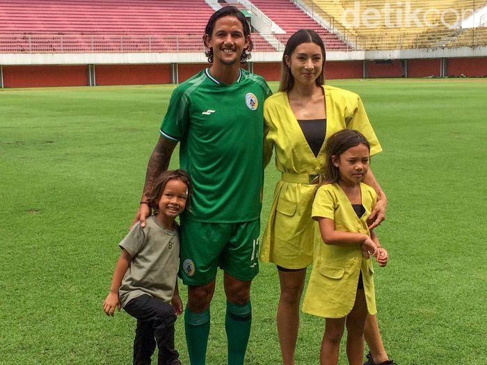 Irfan Bachdim resmi pindah ke PSS Sleman. Didampingi istri dan kedua anaknya, Irfan dikenalkan manajemen PSS Sleman.